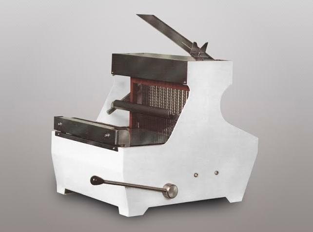 cortadora de pan sobre mesa