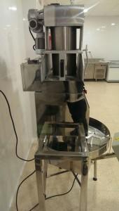 Máquina Formadora de Trufas y Dulces con Bandeja Giratoria Automática